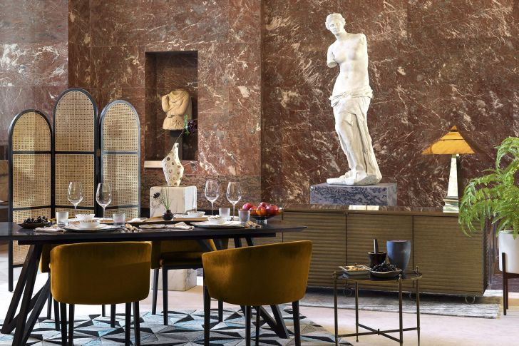 A dining area next to Venus de Milo