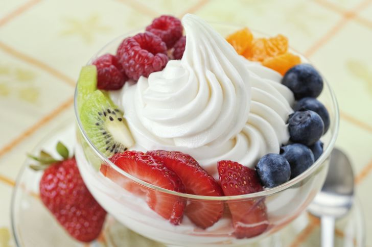image of a bowl of frozen yogurt and fruit